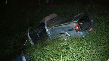 Carro de funenária cai dentro de lago em Campina Grande - O acidente aconteceu no bairro dos Cuités. Além do motorista, uma enfermeira também estava no veículo. Eles não sofreram ferimentos.