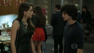 Giovanna causa saia justa em jantar de aniversário - Todos estranham o presente de Alex para Angel