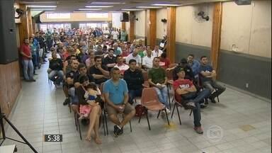 GM de São José dos Campos, em SP, demite funcionários por telegrama - A empresa não fala em números, mas pelo menos 250 pessoas dispensadas se reuniram para discutir a situação.