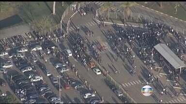 Metalúrgicos fazem protesto contra demissões em São José dos Campos (SP) - Depois de uma assembleia com o sindicato, os trabalhadores optaram por uma greve geral. No sábado (8), pelo menos 250 pessoas receberam o aviso de demissão por telegrama.