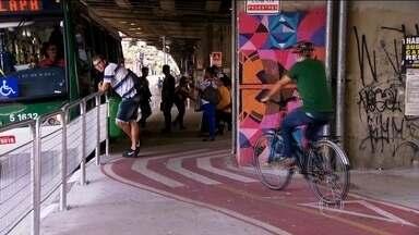 São Paulo ganha ciclovia por baixo do Minhocão - A nova ciclovia tem quasse 3,5 quilômetros de extensão, mas, em vários pontos, ciclistas e pedestres precisam dividir o mesmo espaço.