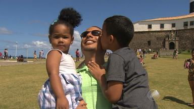 Pais e filhos comemoram no Farol da Barra, em Salvador - Dia dos Pais teve brincadeiras, comida e muita festa entre as famílias.