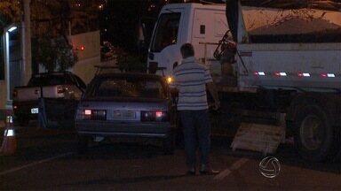 Motorista desrespeita sinalização e causa acidente na rua Amazonas em Campo Grande - Caminhão de concessionária de água e esgoto estava estacionado onde equipe fazia uma manutenção