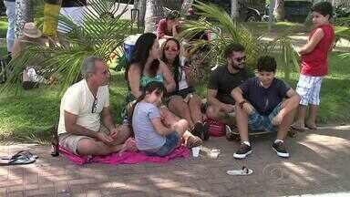 Muitas famílias escolhem orla de Maceió para aproveitar o Dia dos Pais - Pais e filhos aproveitaram o domingo para diversão.