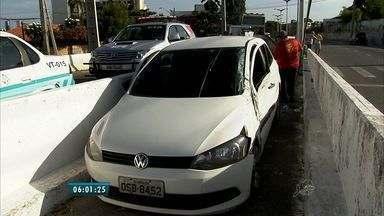 Carro fica preso em canteiro central da Via Expressa após tentativa de assalto - Motorista sofreu ferimentos na coxa.