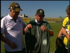 Diretoria do Ypiranga cumpre promessa para torcedor - Torcedor fanático pelo canarinho recebeu o uniforme completo do time.