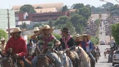Cavalgada marca abertura da Exposição Agropecuária de Cacoal - Apenas cavalos e carros foram permitidos.
