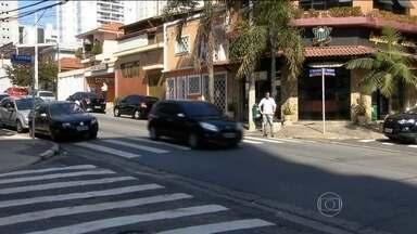 Nas ruas do Brasil nem sempre são respeitadas algumas convenções mundiais - Há 4 anos, quando a prefeitura de São Paulo começou uma campanha educativa, as mortes de pedestres caíram 12,5%. Mas logo a campanha minguou.
