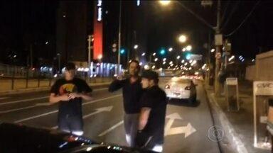 Taxistas promovem dois episódios de violência contra usuários do Uber no fim de semana - Em São Paulo, um grupo que se identificou como de taxistas agrediu e sequestrou um motorista da Uber. Em Belo Horizonte, um outro caso de violência.