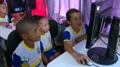 No Recife, ônibus leva lições de cidadania a escola junto com campanha de vacinação - Para ensinar foram usados recursos como teatro, música e jogos.