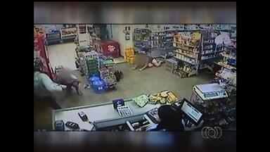 Homem chuta rosto de jovem durante roubo a mercearia em GO - Vítima foi agredida enquanto estava ajoelhada e com as mãos na cabeça. Suspeito fugiu do local de moto levando R$ 700 do caixa, em Catalão.