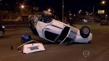 Carro capota na Avenida Cristiano Machado, em Belo Horizonte - Veículo seguia no sentido Centro quando bateu em uma caminhonete.