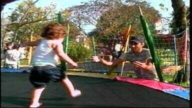 Pais aproveitam calor para brincar com os filhos em Uruguaiana - Data foi comemorada neste domingo (9).