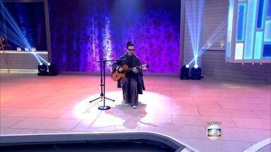 Adriana Calcanhoto abre o Encontro com 'Maresia' - Cantora se apresenta tocando seu violão
