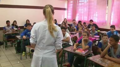 Projeto conscientiza sobre riscos da gravidez na adolescência - Profissionais e estudantes estão indo às escolas para levar informações