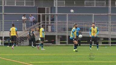 Jogadores do Grêmio treinam projetando partida contra o Atlético-MG - Tricolor enfrenta o Galo na quinta-feira (13), em Belo Horizonte.