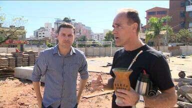 Paulo Brito toma chimarrão no local do estádio dos Eucaliptos - Narrador visitou área da antiga casa colorada, que foi palco de jogos da Copa do Mundo de 1950.