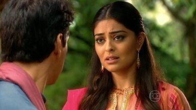Maya conta a Bahuan que é amaldiçoada para o amor - O rapaz explica pretende fugir para os Estados Unidos e não gosta do que ouve da namorada