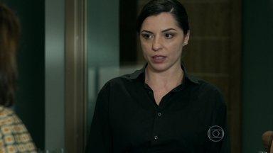 Eunice abre os olhos de Carolina em relação a Alex - Empregada ouve desabafo da patroa