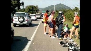 Acidente entre dois carros e bicicleta deixa ciclista ferida na SC-402, no Norte da Ilha - Acidente entre dois carros e bicicleta deixa ciclista ferida na SC-402, no Norte da Ilha
