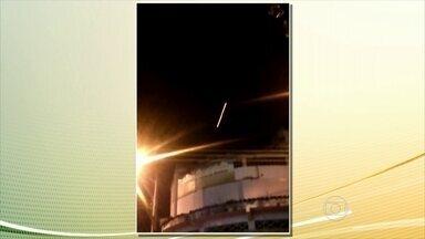 Tiroteio assusta moradores na Zona Oeste do Rio - Bala traçantes cortaram o céu no bairro de Santa Cruz, na Zona Oeste do Rio de Janeiro. A principal via do bairro ficou fechada por mais de cinco horas.