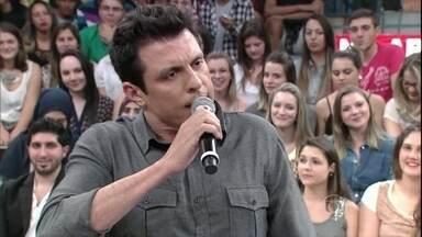 Ceará faz imitações de Roberto Carlos e Tim Maia - Humorista mostra um pouco de seu talento no 'Altas Horas'