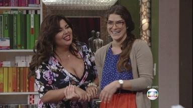 Que falsidade! Joice diz que morre de amores pela irmã - Joice quase se descontrola e Bia (Fabiana Karla) entra na sala