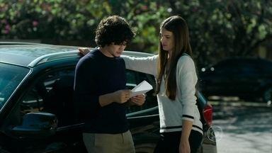 Angel entrega convite de desfile para Guilherme - Modelo evita falar sobre Alex com o namorado