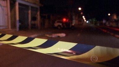 Investigadores dizem estar próximos de descobrir suspeitos por mortes na Grande São Paulo - Os investigadores da força-tarefa que investiga a chacina que matou 18 pessoas em Osasco e Barueri, na semana passada, ouviu testemunhas dos crimes durante toda a terça-feira (18).