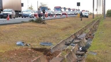 Pedestres reclamam da falta de passarelas no DF - Na BR 020, muitos pedestres reclamam da falta de passarelas. Na manhã da última terça-feira (18), uma pessoa foi atropelada e morreu no acostamento.