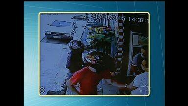 Idosa reage a assalto em comércio e usa vassoura para bater em bandido - Assalto aconteceu na tarde desta terça-feira, no bairro Aldeia, em Santarém. Câmeras de segurança do comércio registraram ação dos bandidos.