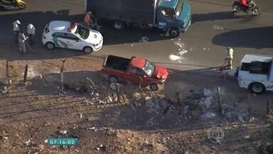 Caminhonete bate e deixa trânsito lento na Via Expressa, em Contagem - Acidente foi na altura do bairro Santa Helena. Lentidão foi registrada no sentido Belo Horizonte.