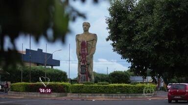 Ana Maria Braga mostra uma estátua, símbolo de Fronteira - A cidade fica localizada em Minas Gerais