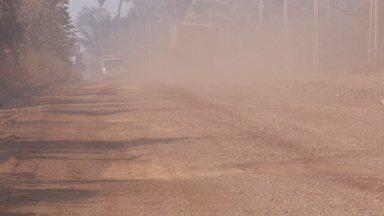Estrada da Penal continua sem asfalto e a poeira prejudica moradores - Estrada dá acesso ao porto graneleiro de Porto Velho e o tráfego de carros pesados levanta muita poeira.