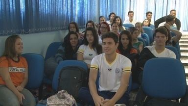 Estudantes visitam Câmara dos Vereadores de Ji-Paraná - Visita faz parte da aula de História da escola pública Jovem Vilela.