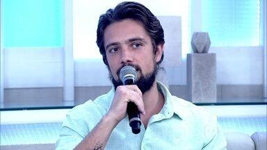 Rafael Cardoso aprendeu a lutar esgrima para viver Felipe, em 'Além do Tempo' - 'É um esporte que segura a ansiedade', disse o ator