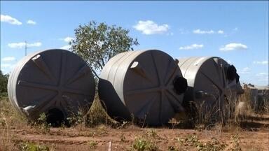 Projeto em Tocantins lançado em 2012 incluiu oito mil cisternas que nunca foram instaladas - Em 2012, o projeto Tocantins Sem Sede foi lançado com a promessa de resolver o problema da estiagem na região. Seriam instaladas 11.350 cisternas até 2014. O problema ainda está longe de ser resolvido.