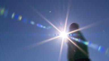 Sol ajuda no equilíbrio do organismo - Excesso do sol faz mal, mas também não dá para ficar sem ele. O Sol ajuda a equilibrar o organismo e absorver vitamina D. Confira.