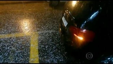 Chuva de granizo é registrada em vários pontos do Rio - Depois de 23 dias de seca, a quarta-feira (19) foi de chuva no Rio. Em alguns pontos da cidade, caiu granizo. O tamanho das pedras surpreendeu moradores de Botafogo. Confira a previsão do tempo para esta quinta-feira (20) no estado.