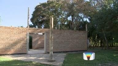 Obra iniciada em 2012 está parada em Piracaia, SP - Moradores reclamam de obra no Parque Ecológico do Jardim Santo Afonso.