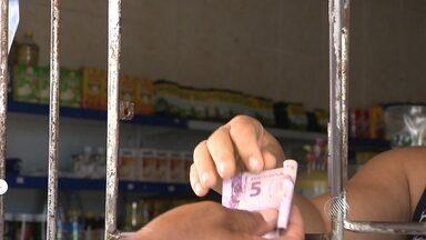 Em busca de segurança, comerciantes colocam grades em estabelecimentos de Salvador - Tem mercadinho que não abre a grade nem para cliente.