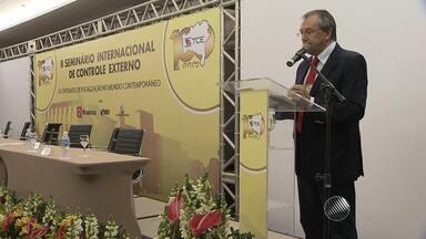 Seminário internacional de controle externo é aberto em Salvador - O evento reúne especialistas do Brasil e do exterior. A palestra de abertura teve a fala do escritor e historiador Laurentino Gomes.