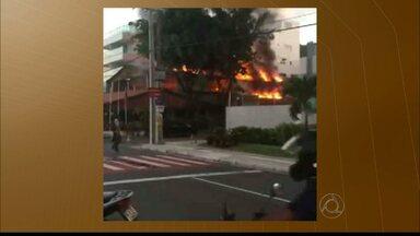 Incêndio em restaurante na praia do Cabo Branco assusta moradores da área - Fumaça pode ser vista de longe e ainda não se sabe o que provocou o incêndio.