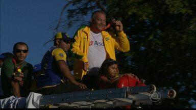 Paraibanos campeões no Parapan desfilam em carro aberto - Medalhistas são festejados pelas ruas de João Pessoa.