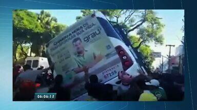 Populares viram van para socorrer mulher atropelada em Fortaleza - Acidente ocorreu em cruzamento do Centro de Fortaleza.