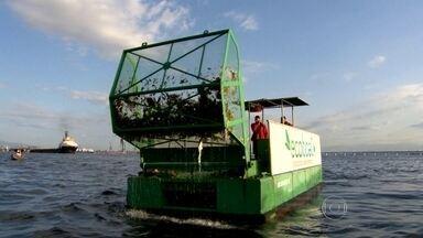 Secretaria do Ambiente faz novo esquema de recolhimento de lixo da Baía de Guanabara - Há um mês, dez barcos trabalham diariamente para retirar a sujeira das águas. Na semana passada eles ganharam uma nova tecnologia para ir direto aos pontos de lixo. Segundo evento teste de vela acontece na Baía de Guanabara.