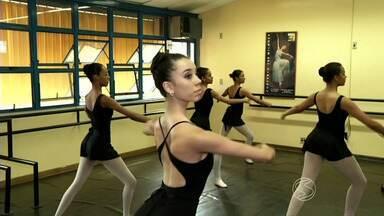 Bailarina de Barra Mansa, RJ, ganha vaga para estudar dança nos EUA - Apesar da conquista, ela está com dificuldades para conseguir ir para Miami por motivos financeiros; psicóloga fala da importância de atividades feitas com crianças e adolescente para desenvolvimento delas.