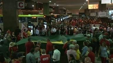 Manifestantes fazem ato de apoio à presidente Dilma - Os manifestantes estão no centro da Capital, defendendo o governo da presidente Dilma Rousseff.