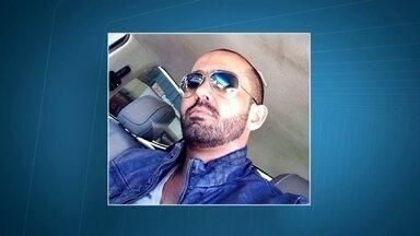 Decorador acusado de dar golpe em noivas volta para o Brasil e se apresenta à polícia - Netto Galvão é acusado de dar um golpe em mais de 70 noivas e fugir para Paris. Ele estava com o advogado e não deu declarações importantes.