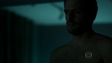 Alex contempla Angel - Mesmo cheio de desejo, empresário resiste e sai do quarto da jovem sem acordá-la